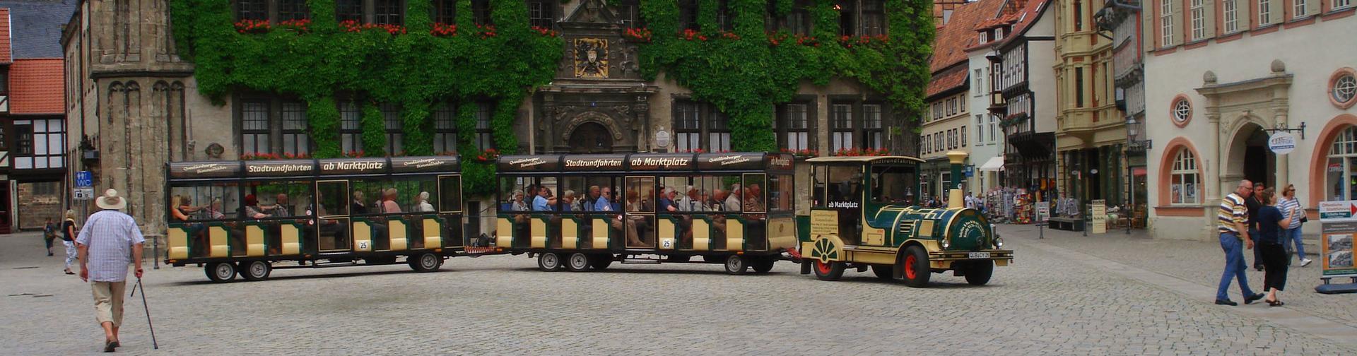 Bimmelbahn auf dem Marktplatz in Quedlinburg